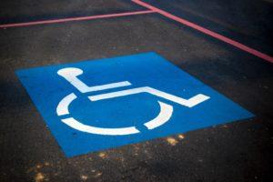 sinal de estacionamento para pessoas com deficiências